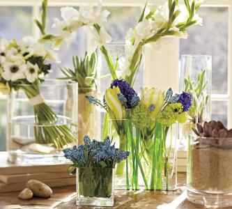 Цветы в стеклянных вазах